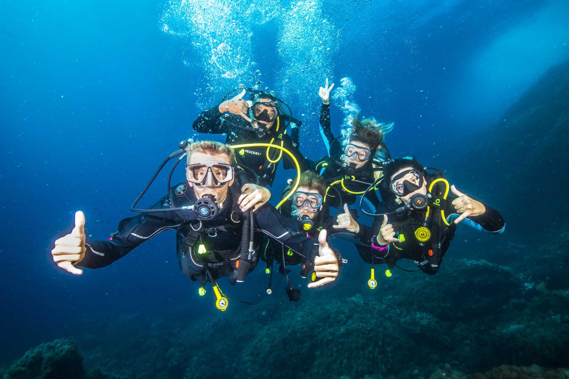 Les plongeurs s'amusent en Méditerranée