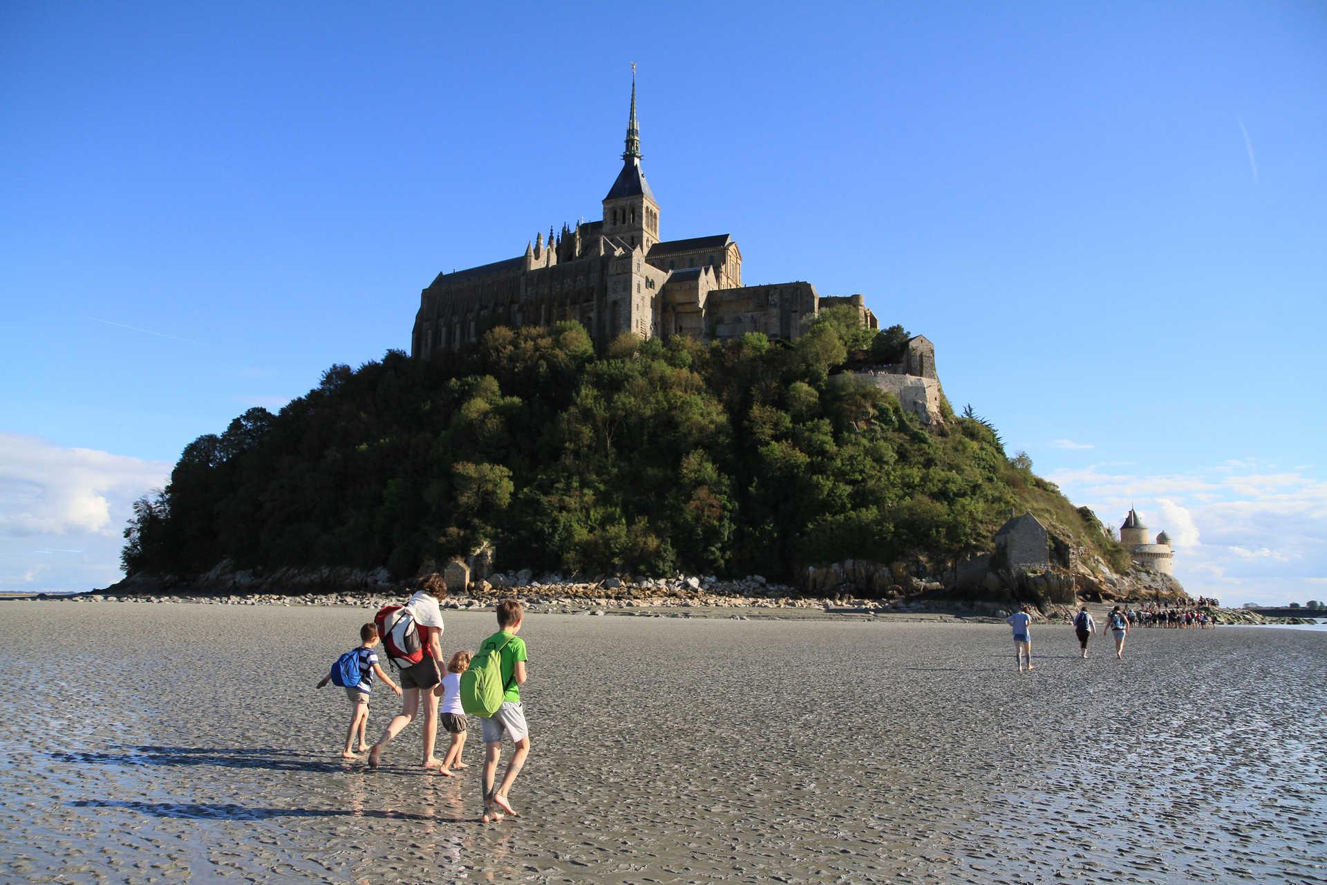 Marche en famille vers le Mont Saint Michel