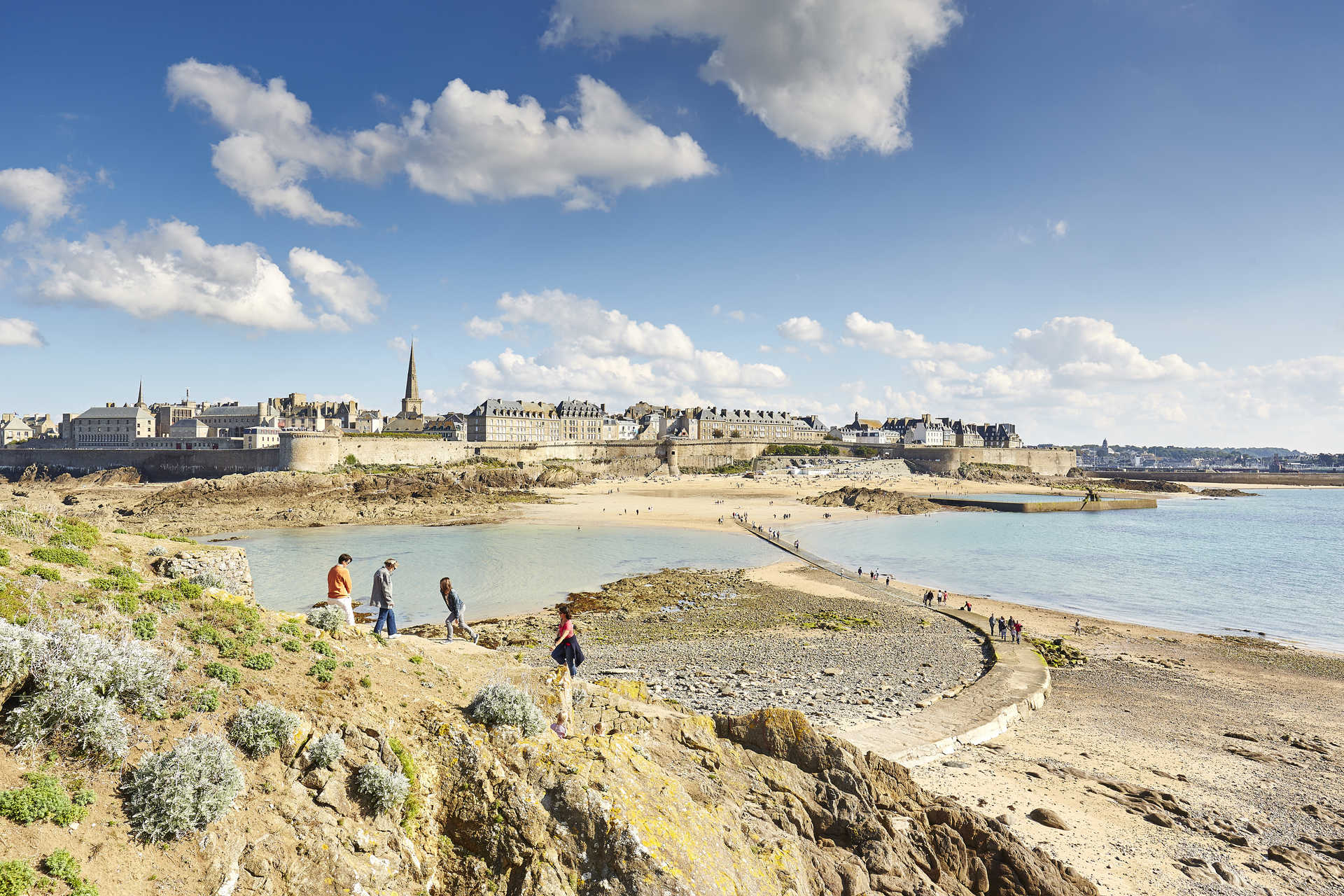 Marche pour rejoindre la ville fortifiée de Saint Malo
