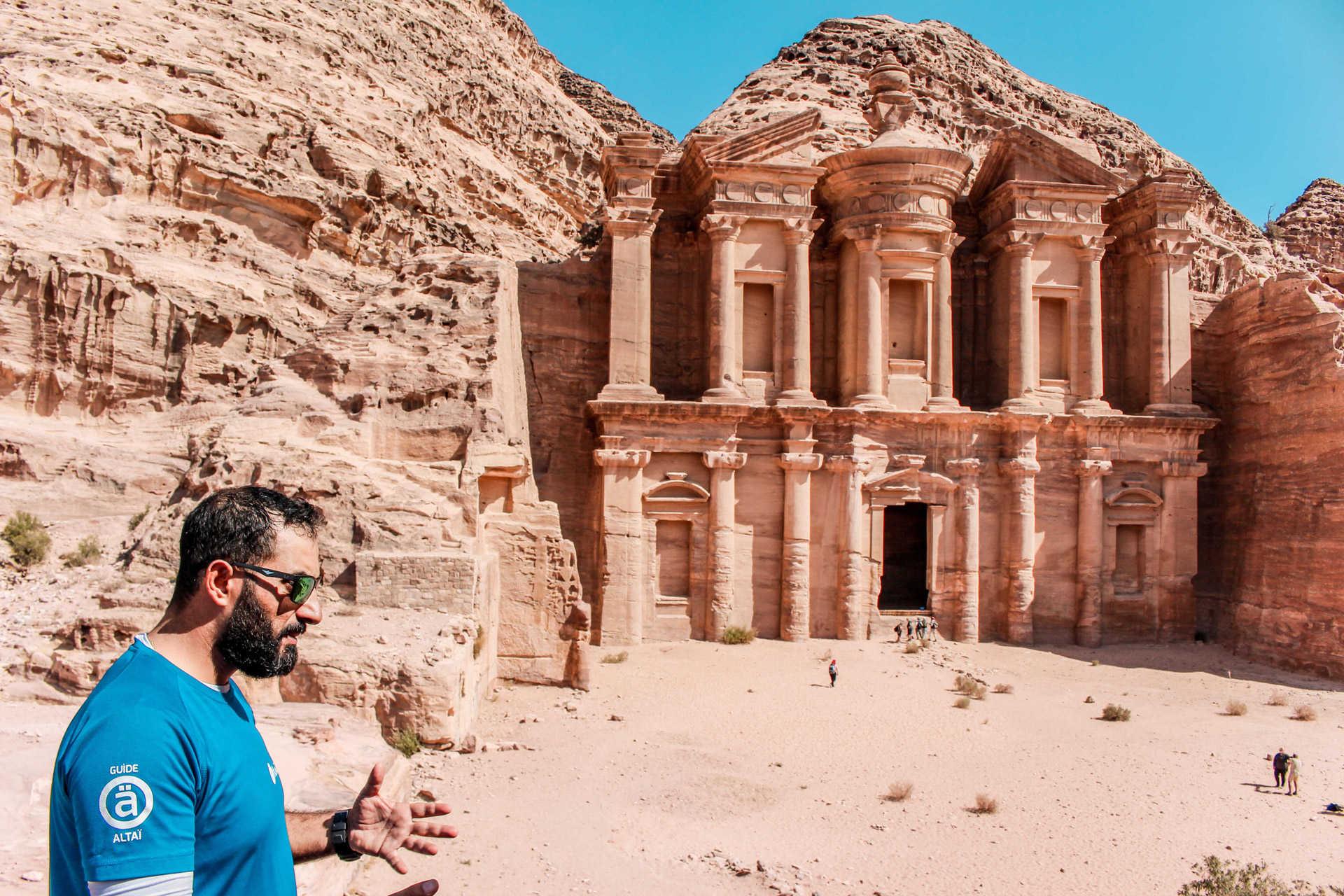 Notre guide Altaï devant le Deir à Pétra en Jordanie