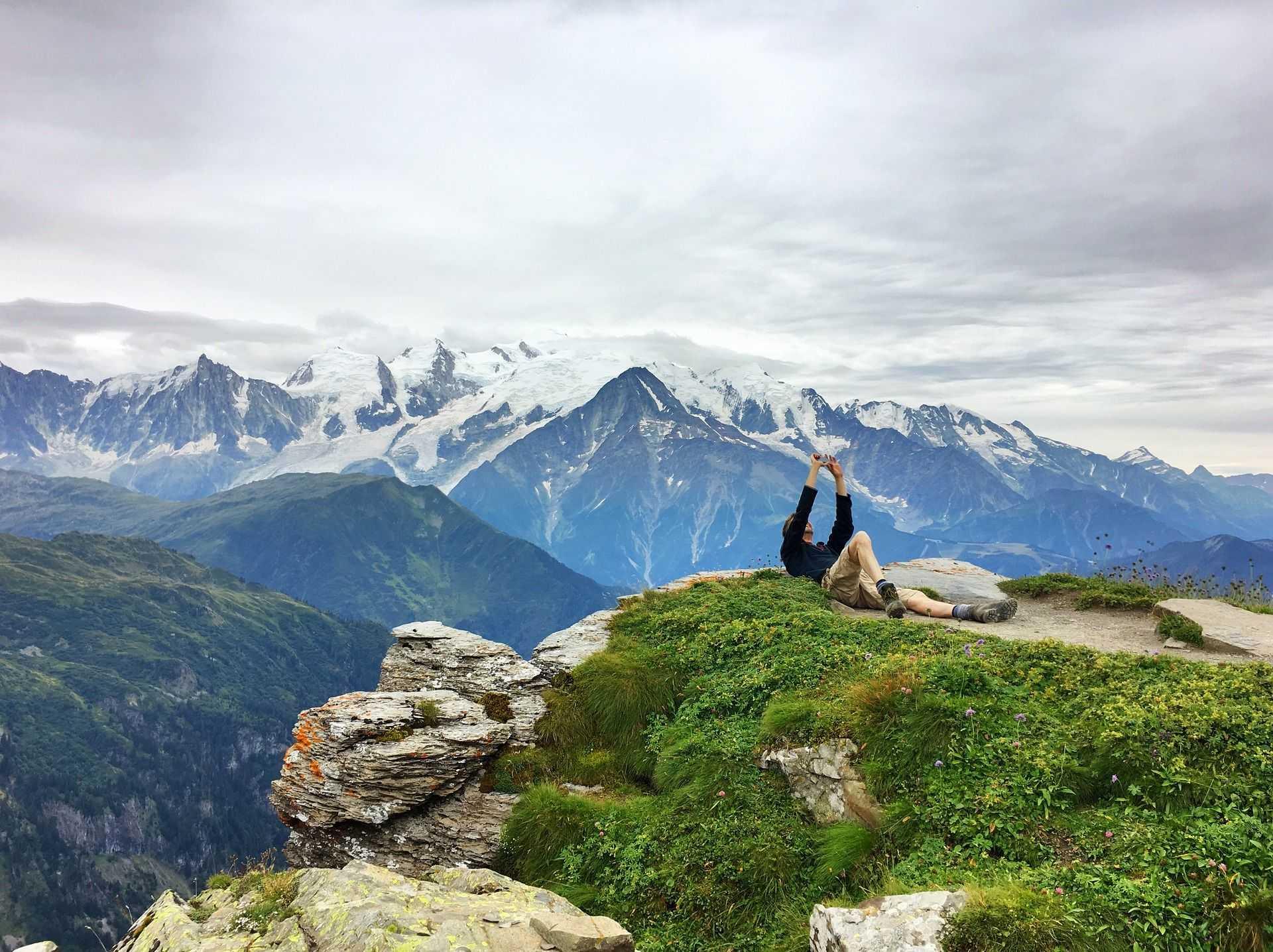 pause photo au point de vue sur les massifs alpin