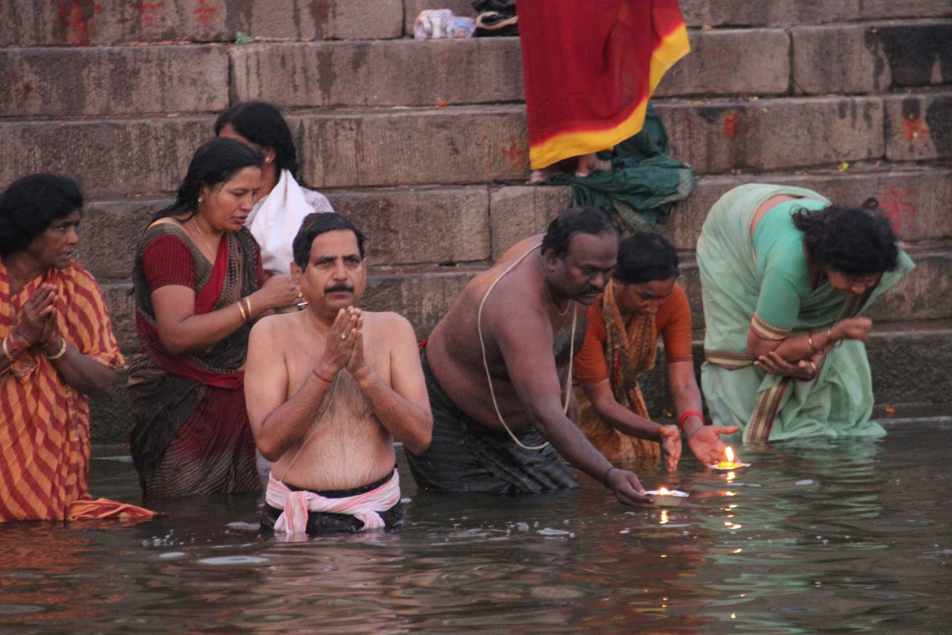 Pèlerins dans le Gange à Varanasi