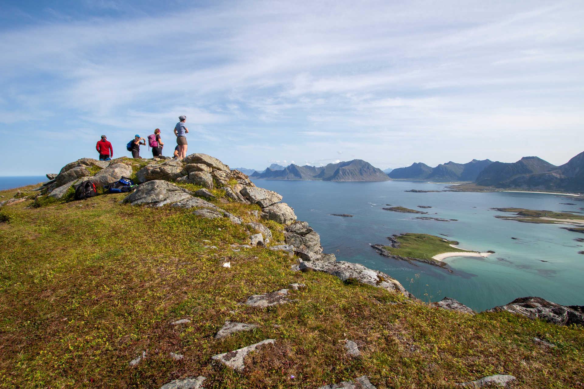 Randonnée dans les îles Lofoten et vue sur la plage Yttersand