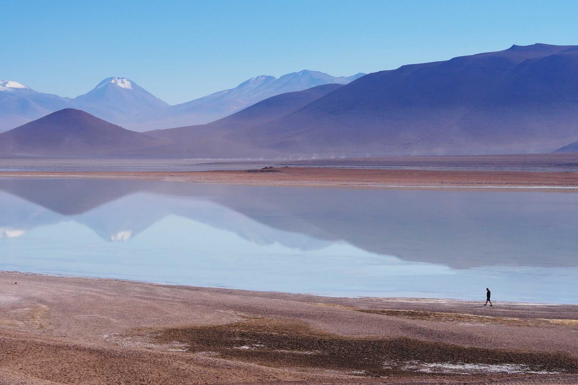 Randonneur au bord d'une lagune dans l'altiplano bolivien