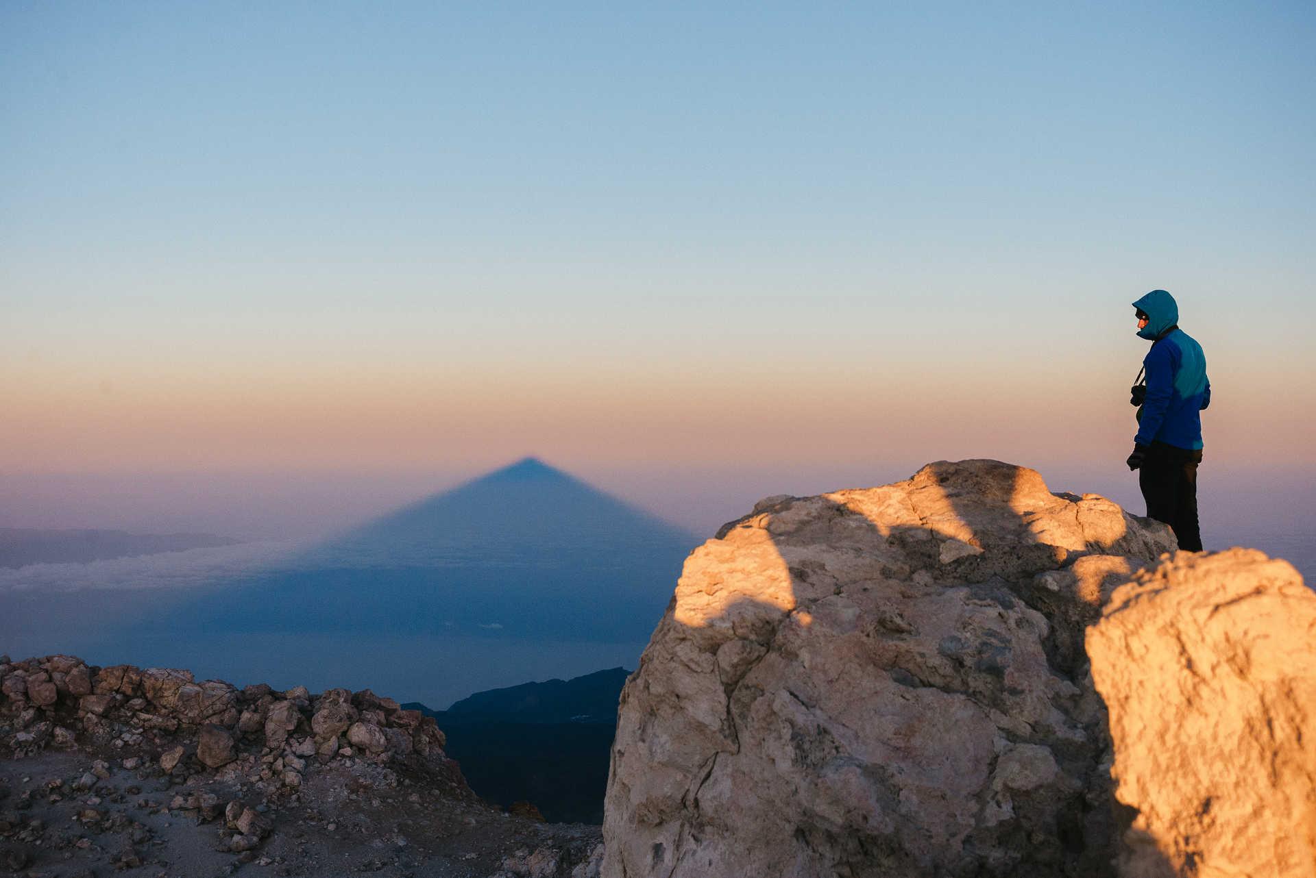 Randonneur au sommet du Teide à Ténérife au crépuscule