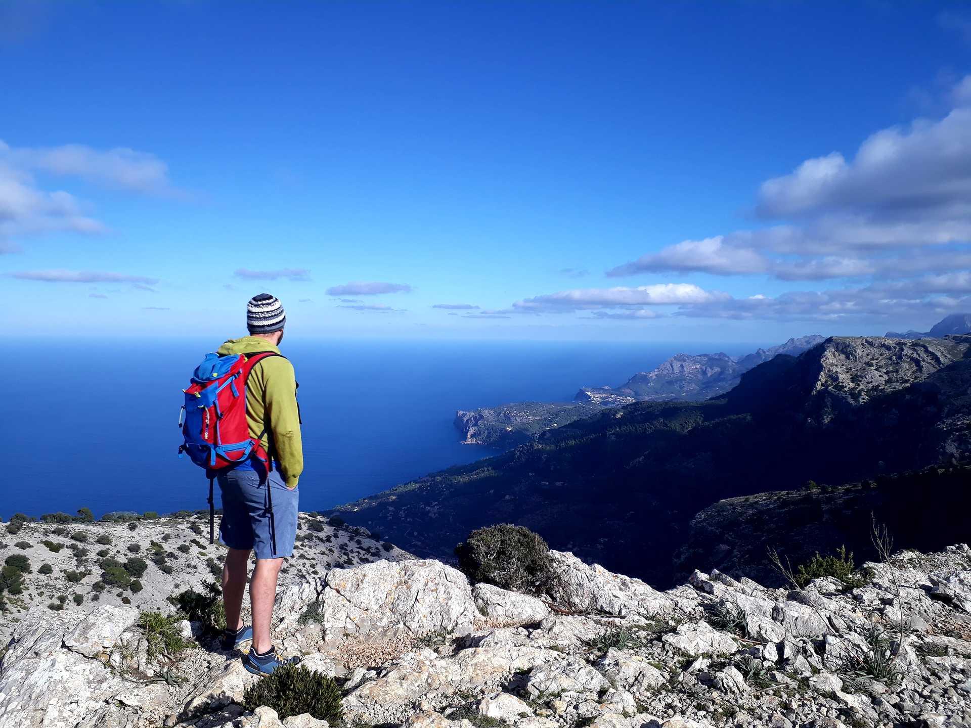 Randonneur qui admire le panorama sur la Cap de Formentor entre mer et montagne
