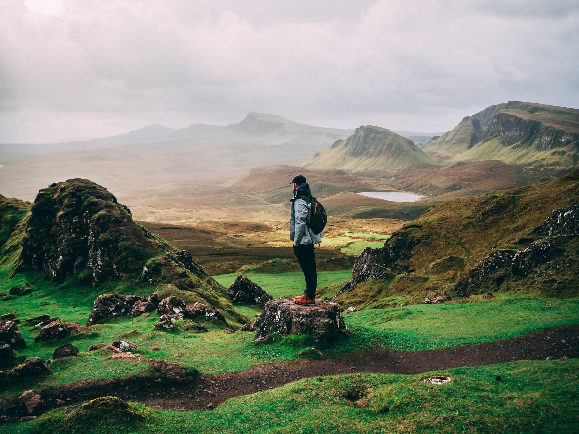 Randonneur en Ecosse, sur l'île de Skye