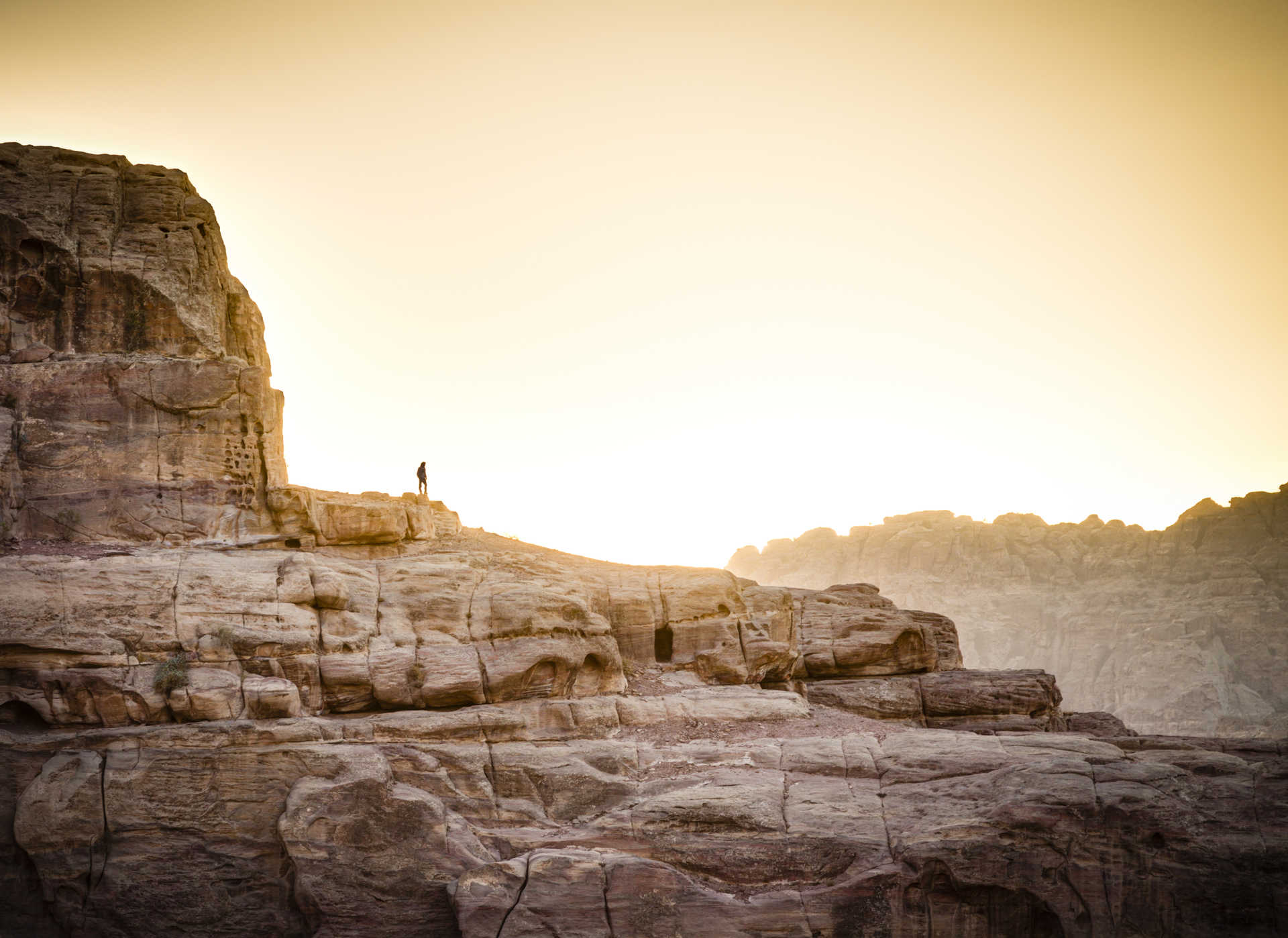 Randonneur sur les rochers à Petra, Jordanie