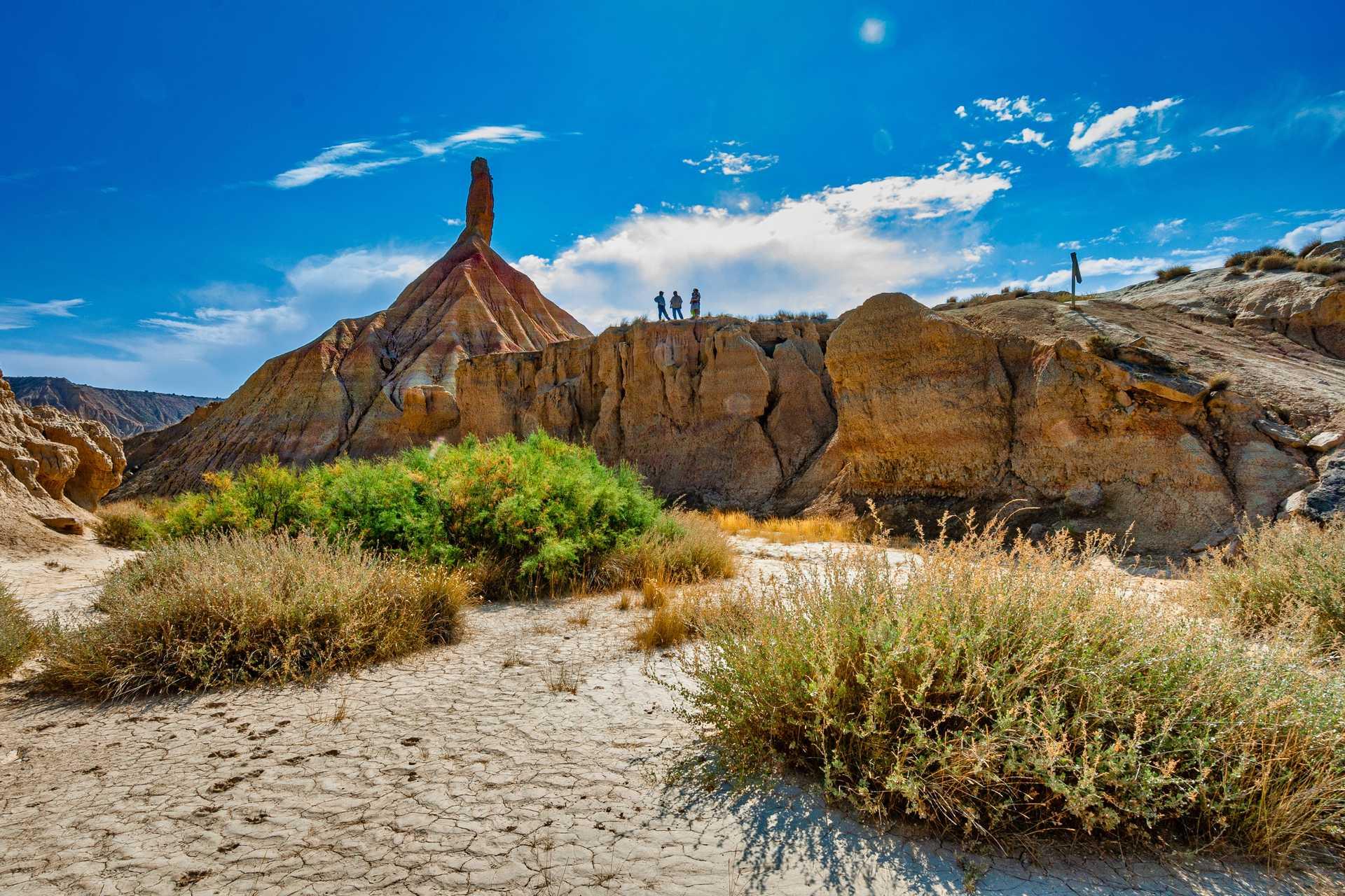 Randonneurs dans le désert des Bardenas Reales
