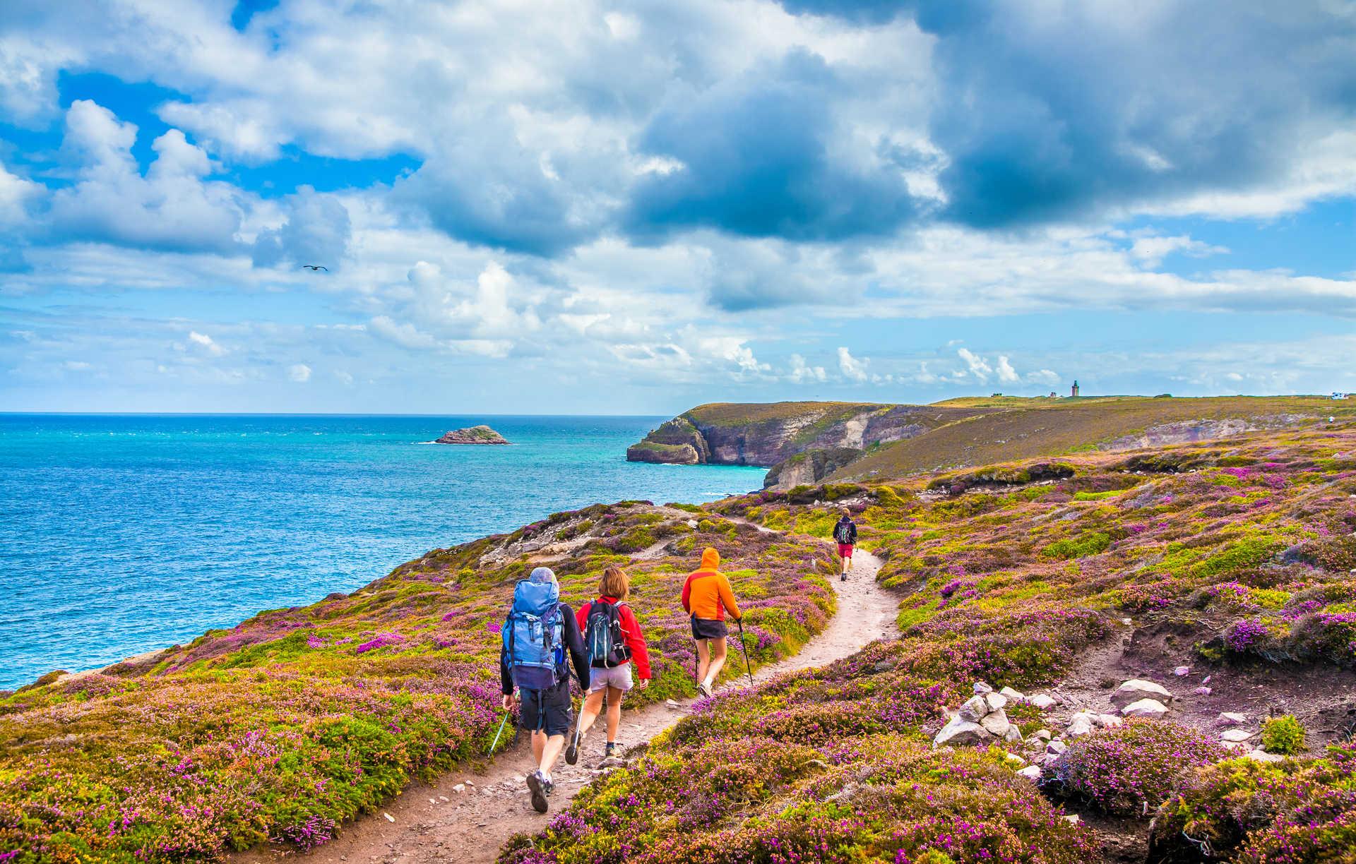 Randonneurs le long des côtes du Cap Fréhel en Bretagne