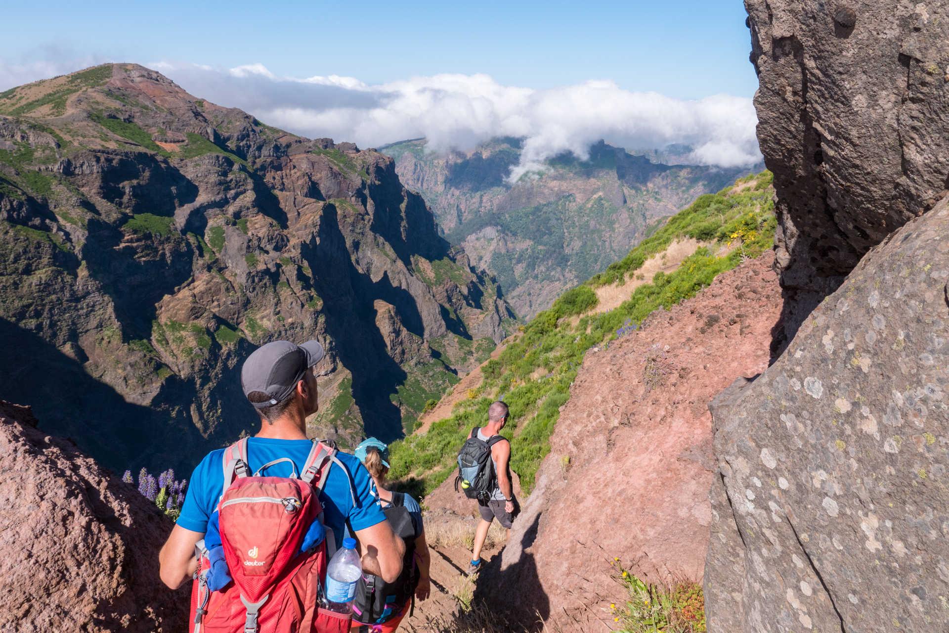 Randonneurs sur les chemins montagneux de Madère