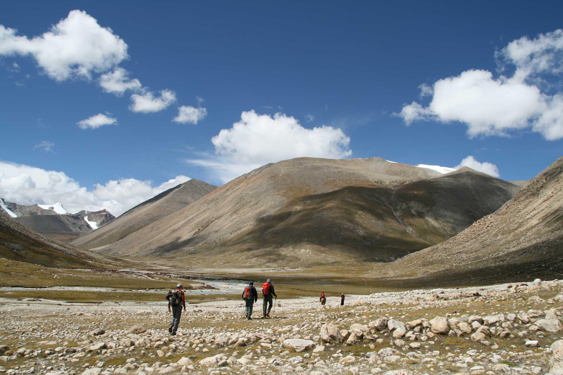 Randonneurs sur les hauts plateaux tibétains