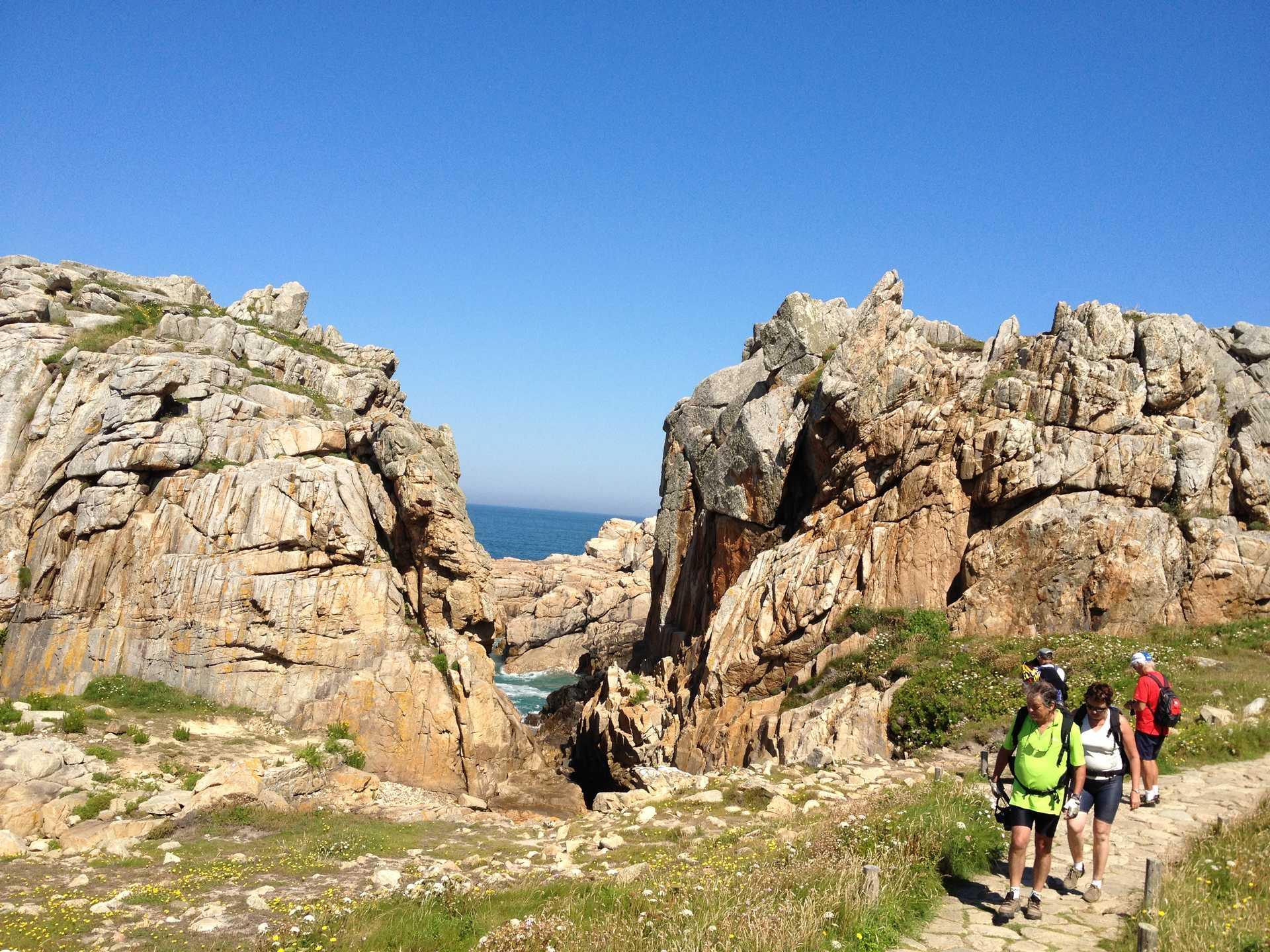 Randonneurs sur les sentiers bretons
