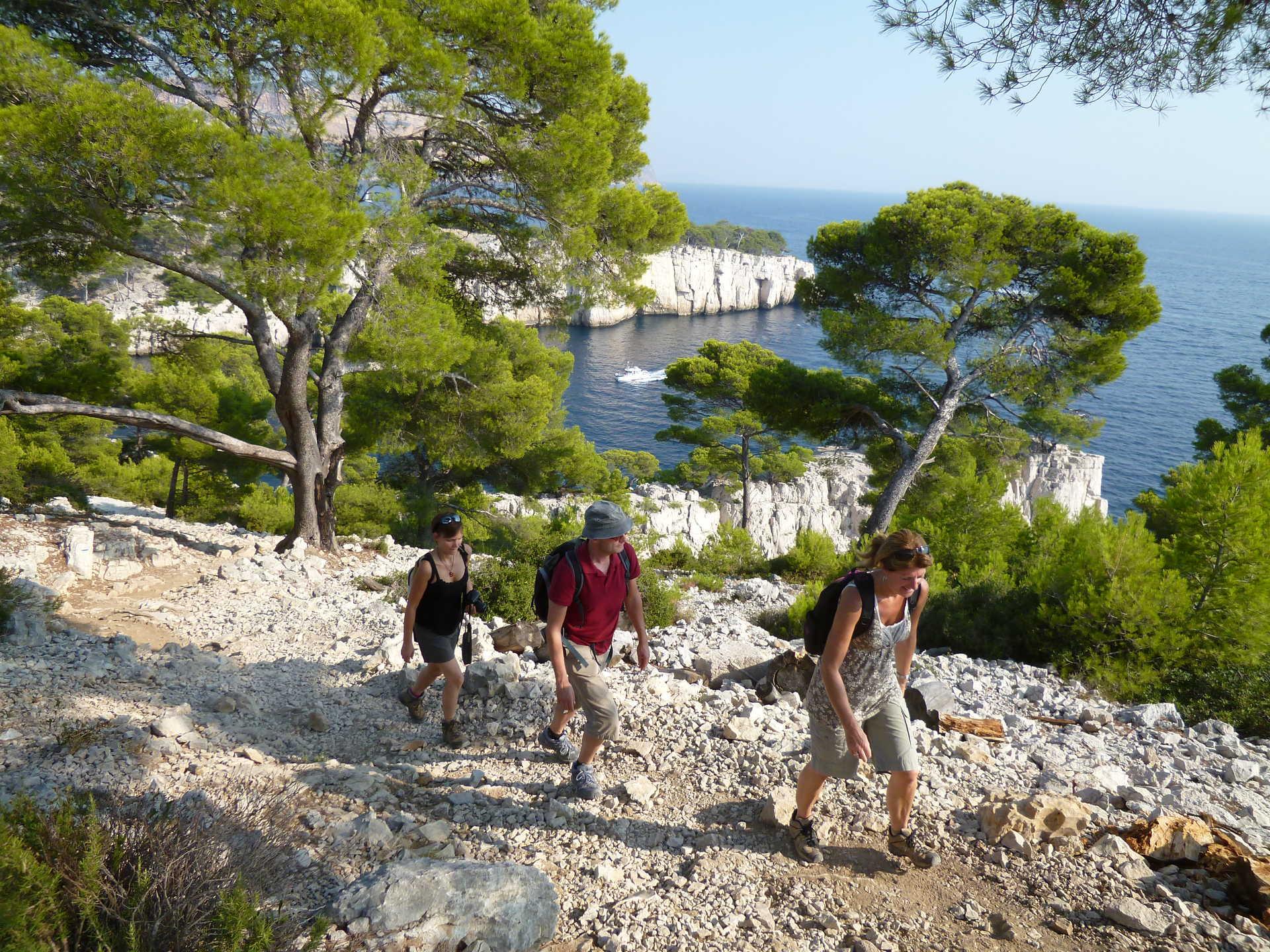 Randonneurs sur les sentiers des calanques en provence