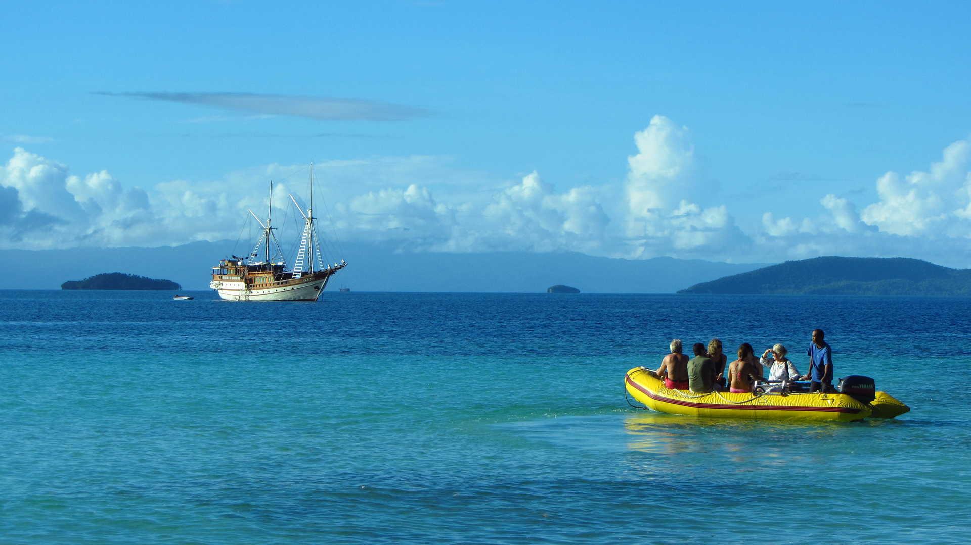 Retour au bateau principal, les plongeurs profitent du paysage indonésiens