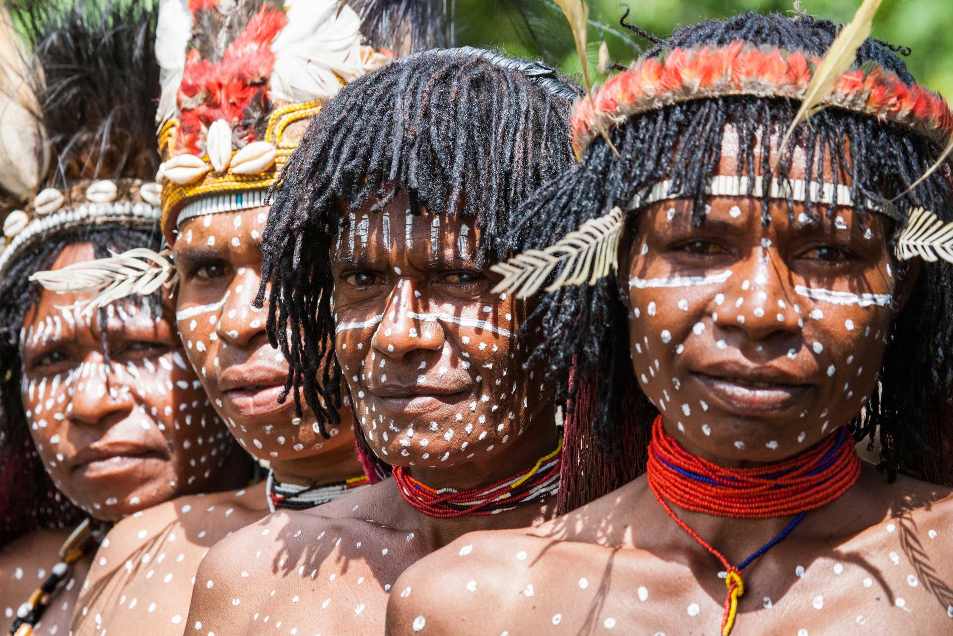 Rituel de peinture sur le corps de la tribu Dani, Wamena, Vallée Baliem