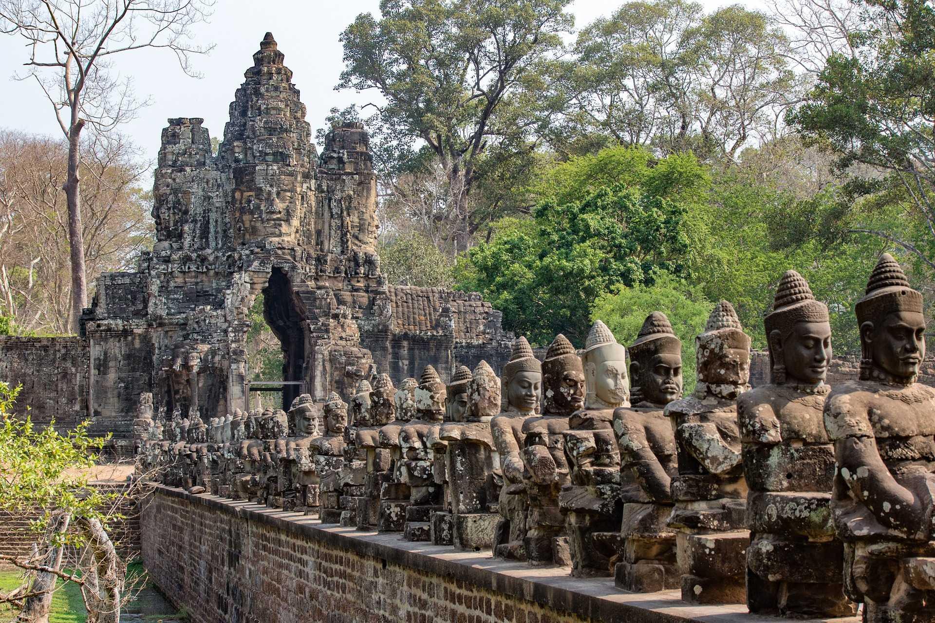 Statues et temple d'Angkor
