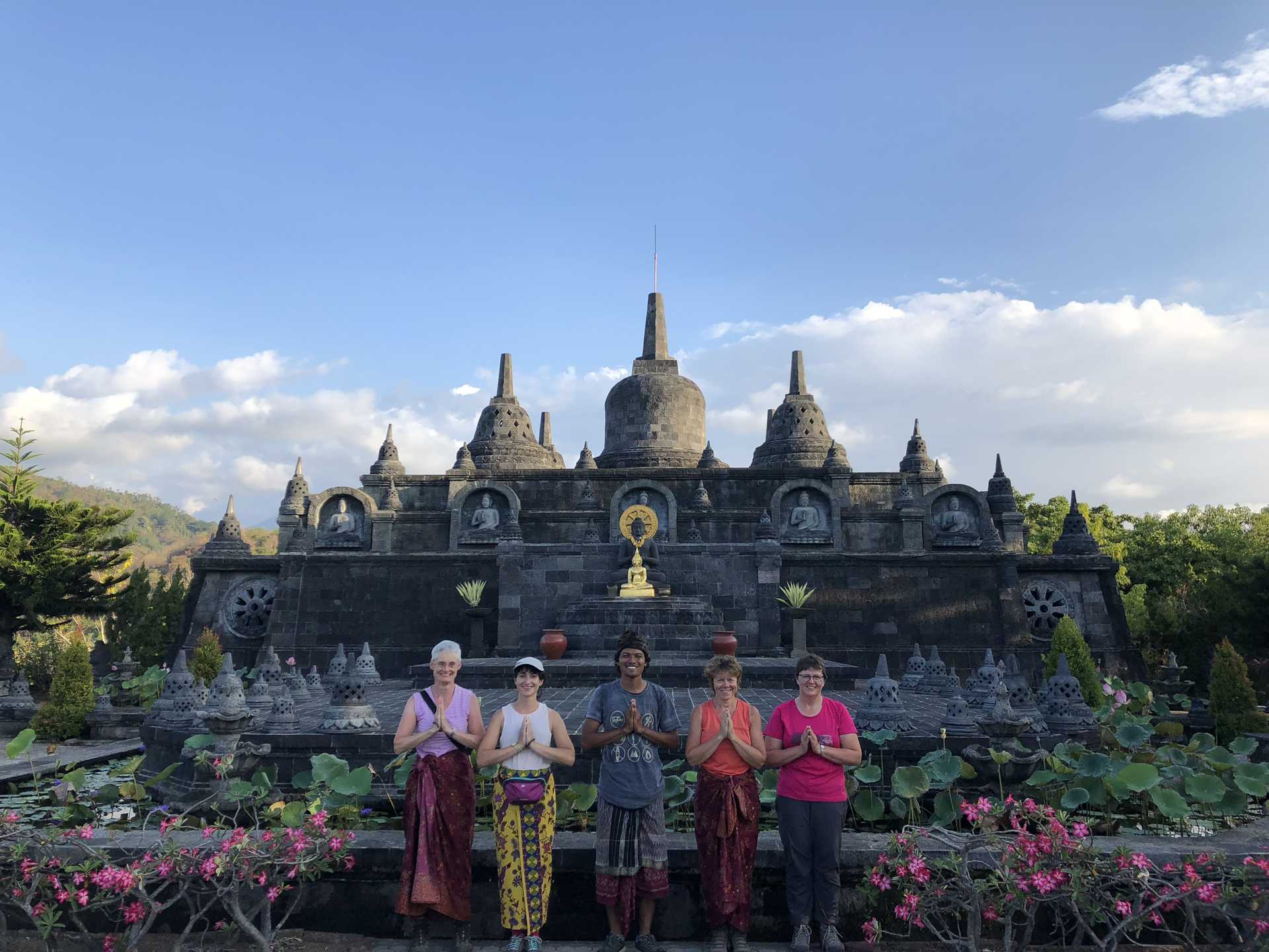 Voyageurs au temple Brama Vihara, Bali, Indonésie