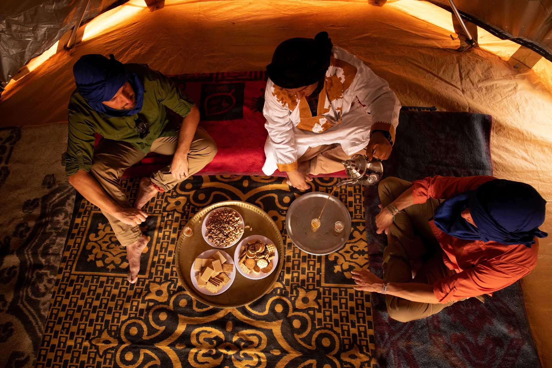 Thé et pâtisserie marocaine au campement dans le désert