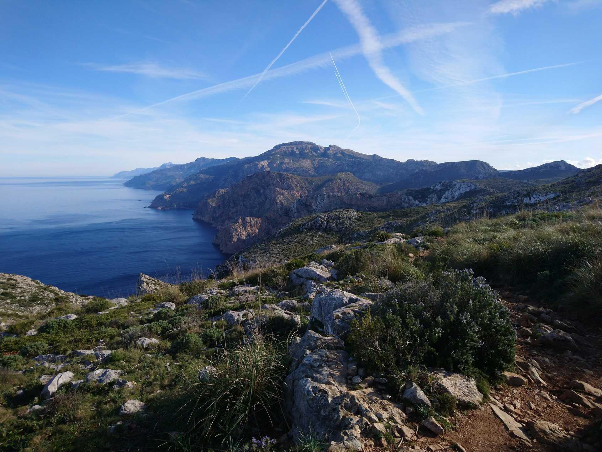 Vue sur la Tramuntana et la mer sous un ciel bleu