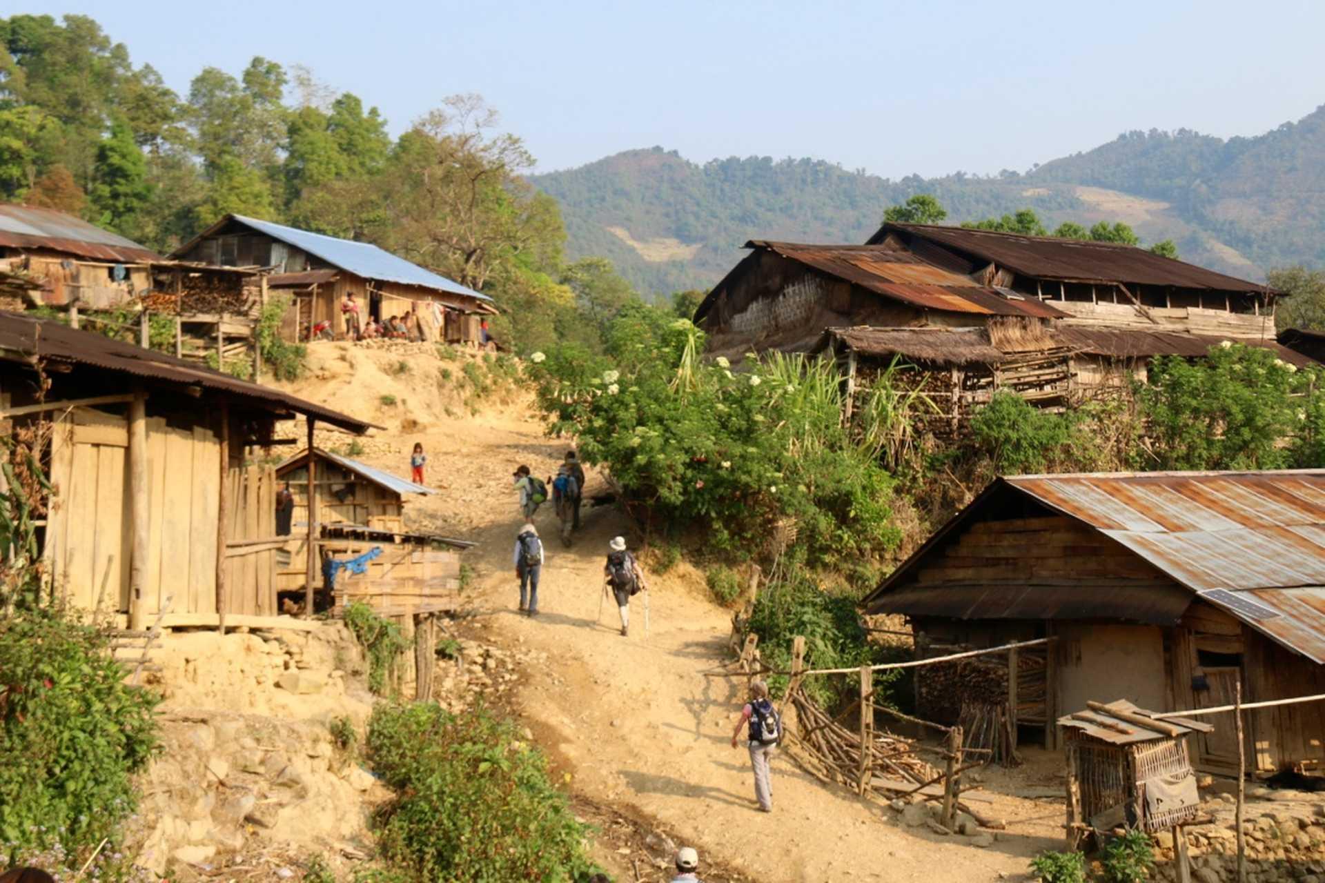 Traversée d'un village lors d'un trek au nord du Laos