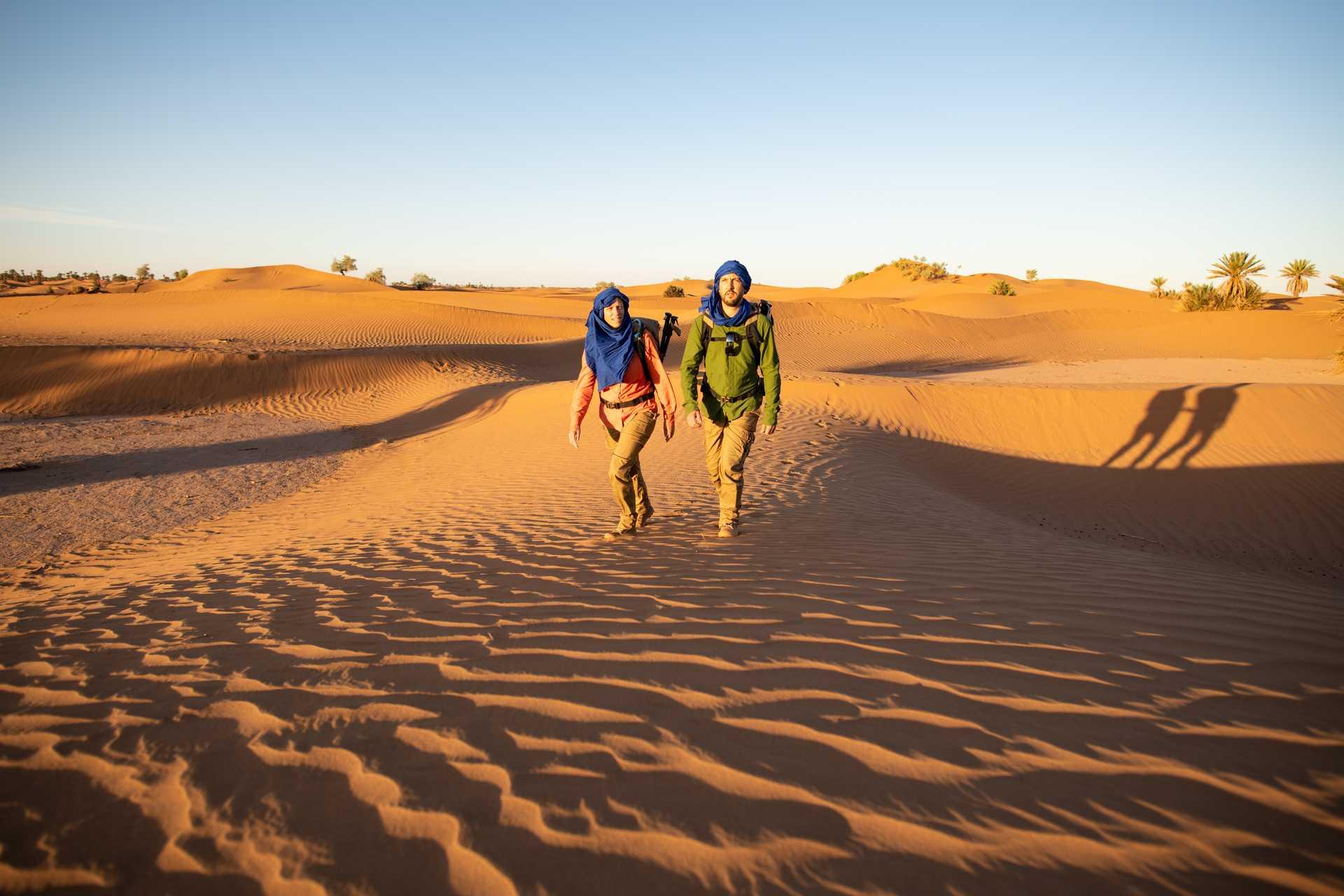 Trekkeurs dans les dunes des sable du désert