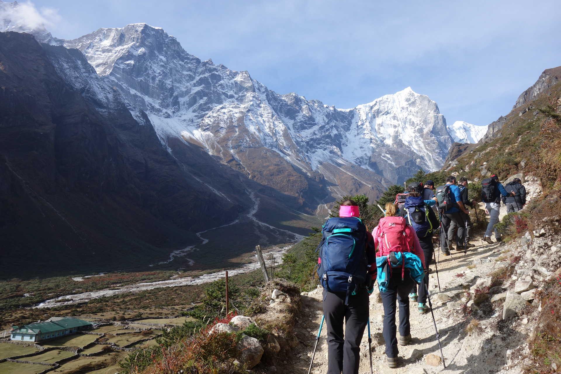 Trekkeurs près de Thamé, dans le Khumbu
