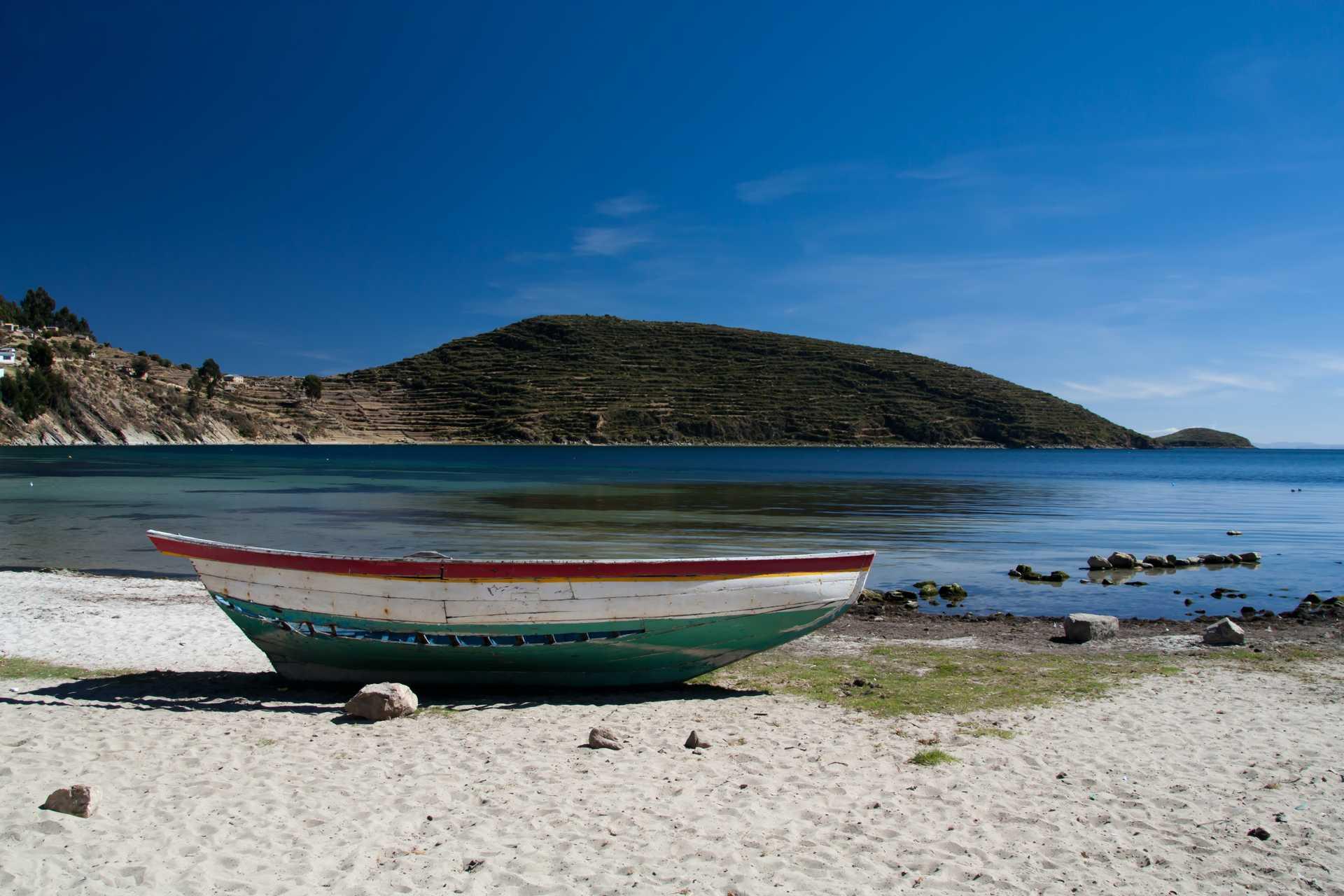Une barque colorée sur la rive de l'île du soleil, sur le Lac Titicaca en Bolivie