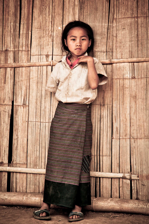 Une petite fille dans un village de montagnes du nord Laos