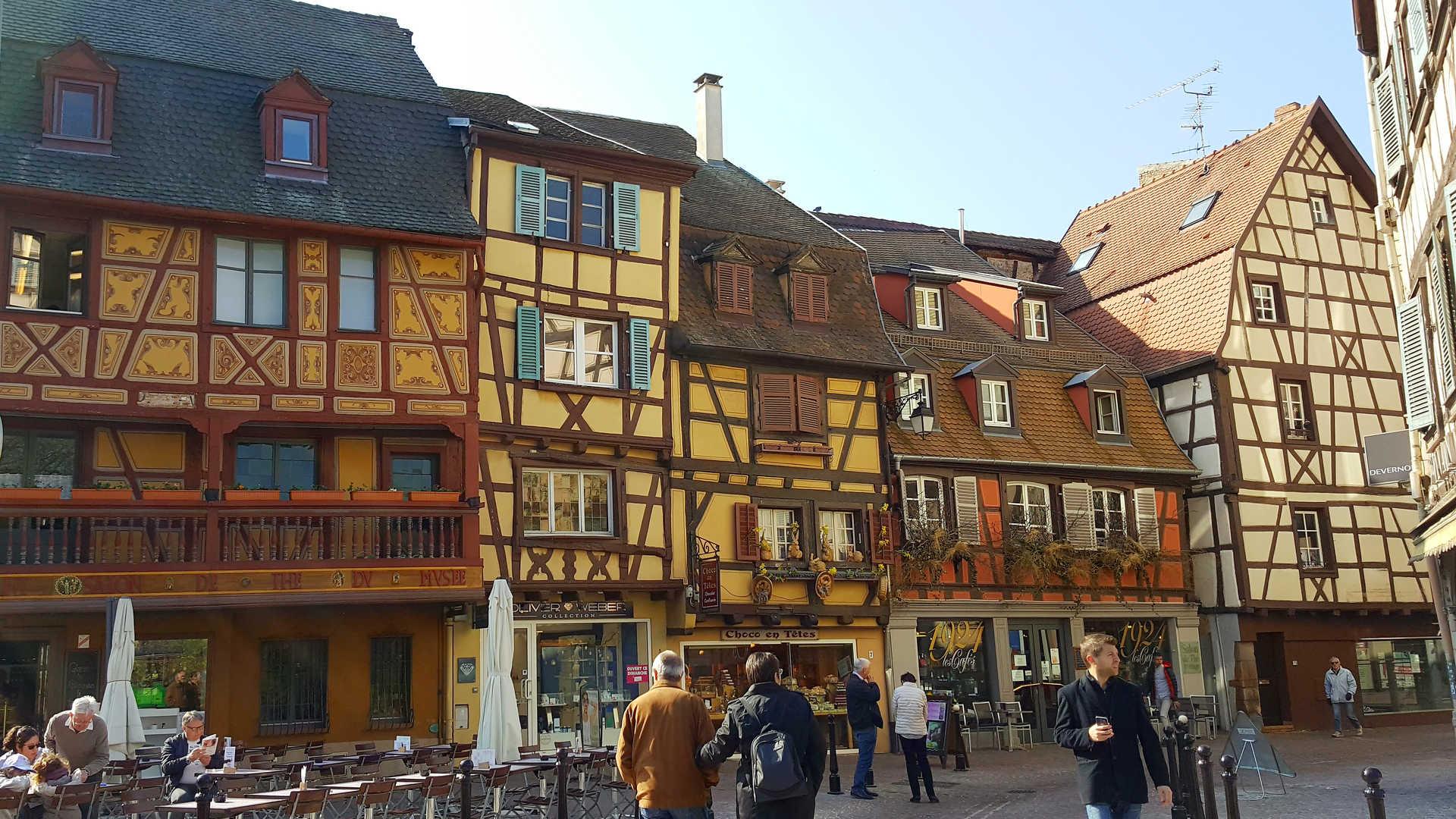 ville vivant avec les maisons colorées à pans de bois