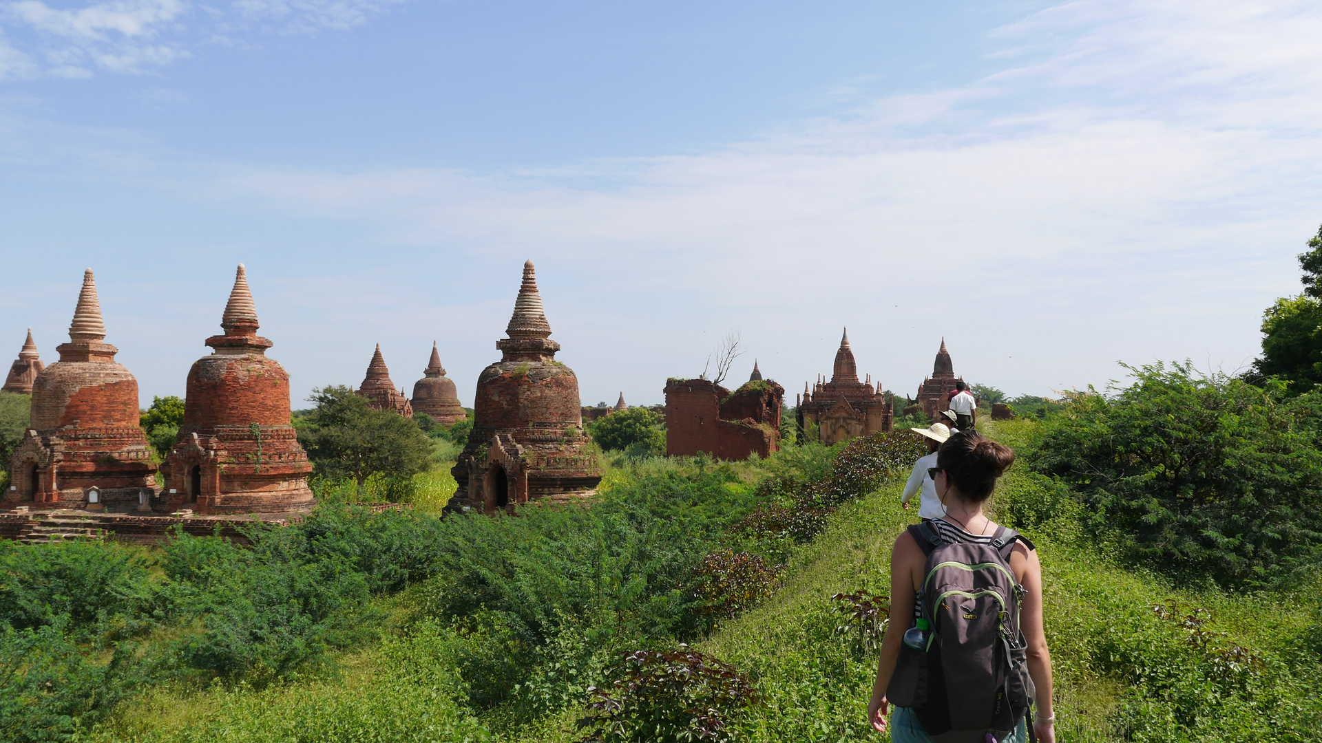 Voyageurs au milieu des temples de Bagan