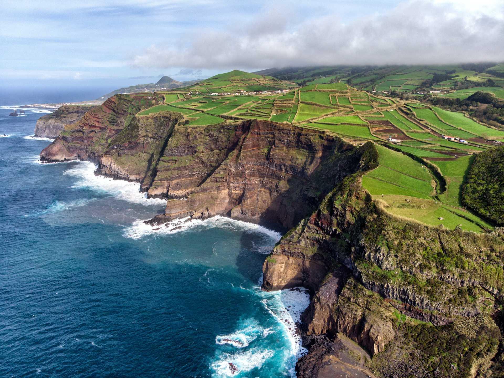 Vue aérienne des cultures sur l'île de Pico, aux Açores