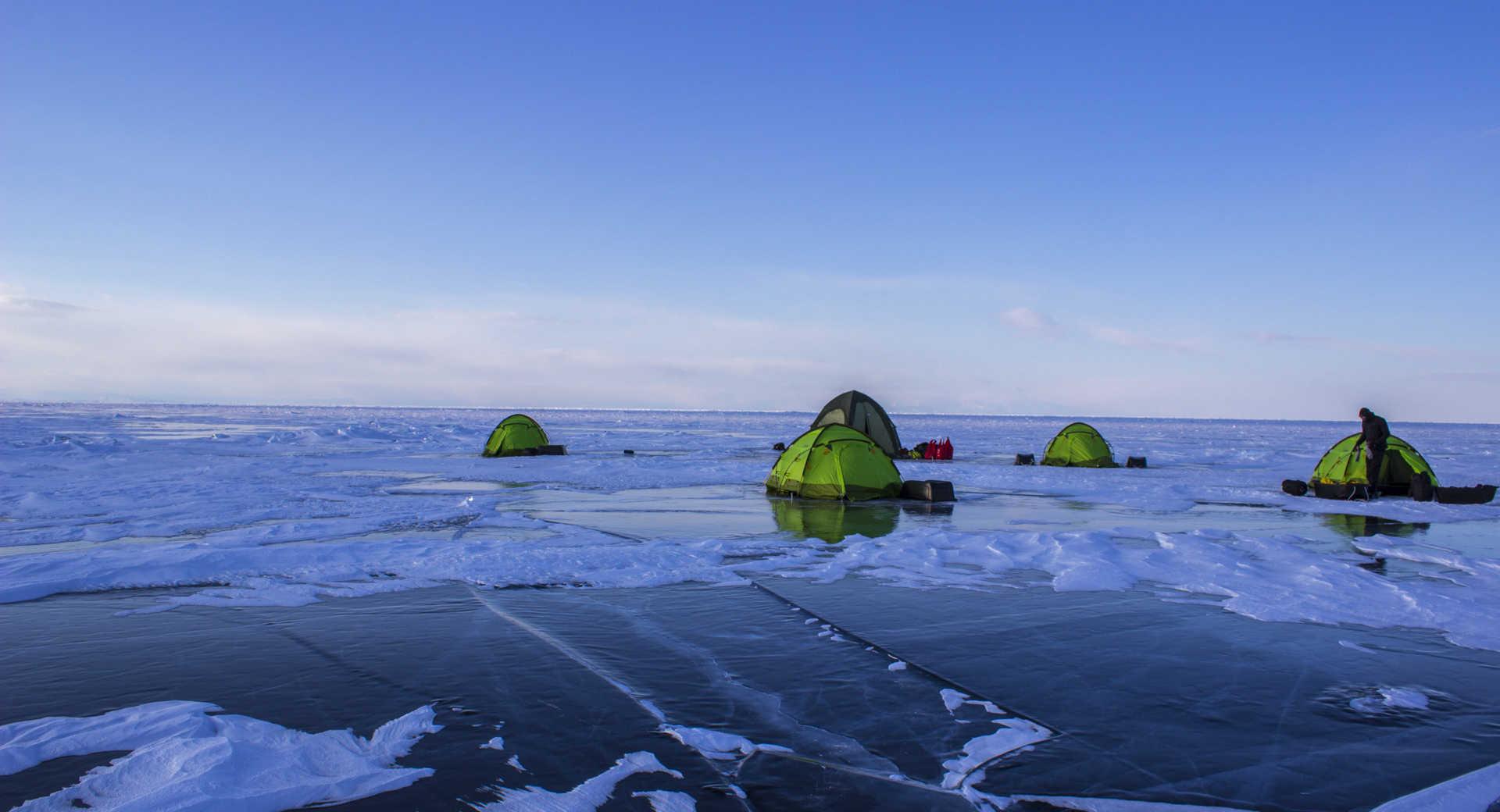 Camp sur la glace au Baikal, Russie