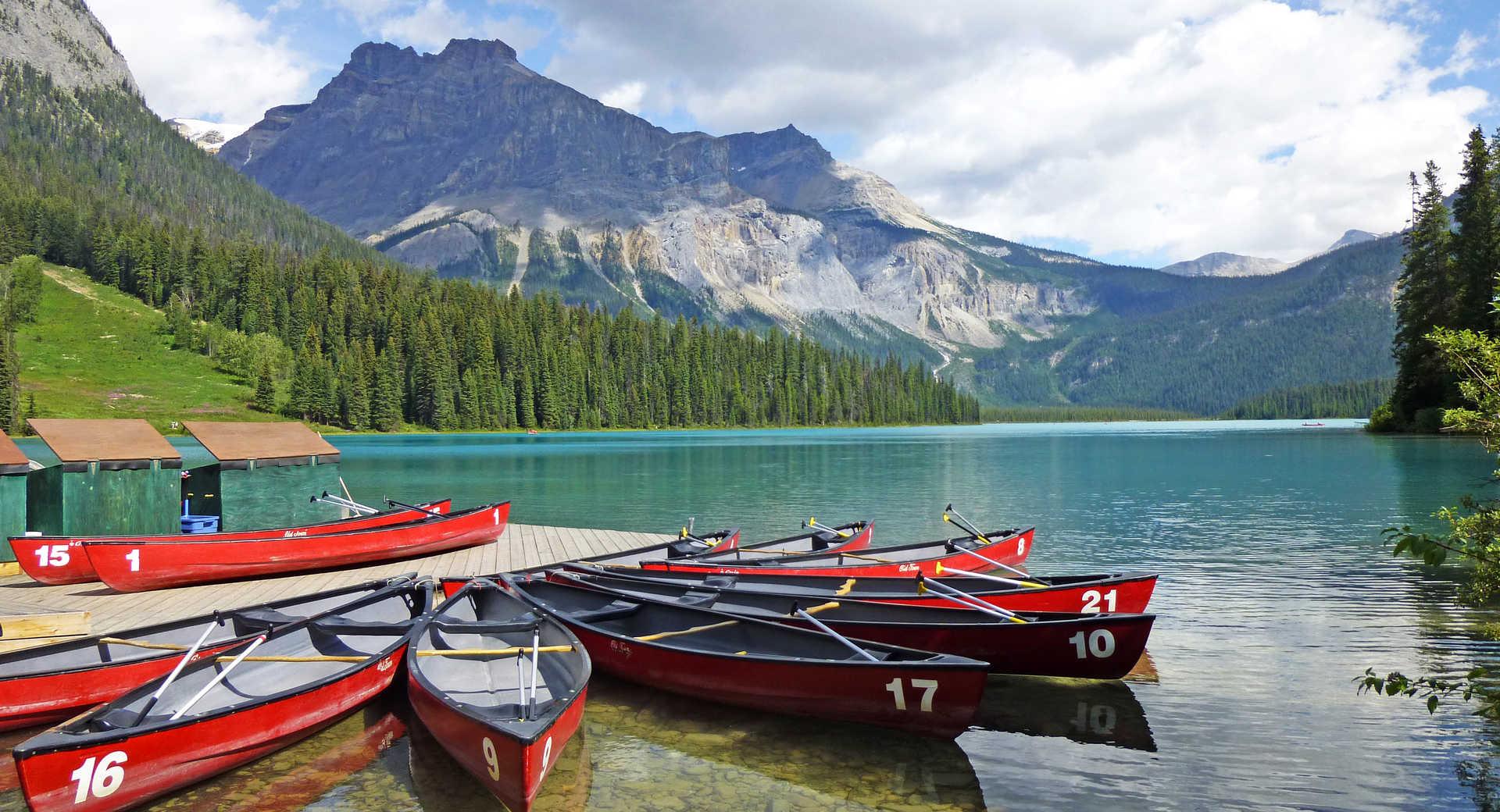 Canoës rouges sur le bord du lac Emerald dans les Rocheuses canadiennes