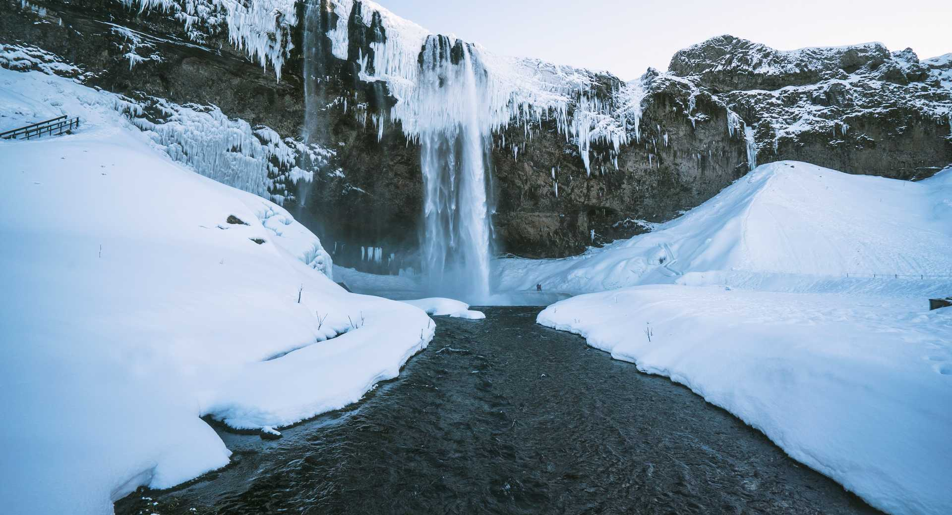 Cascade sous la neige d'Islande