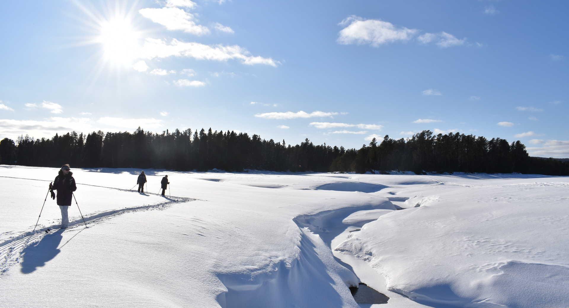 En ski de fond sur le lac gelé Taureau en Mauricie, Québec
