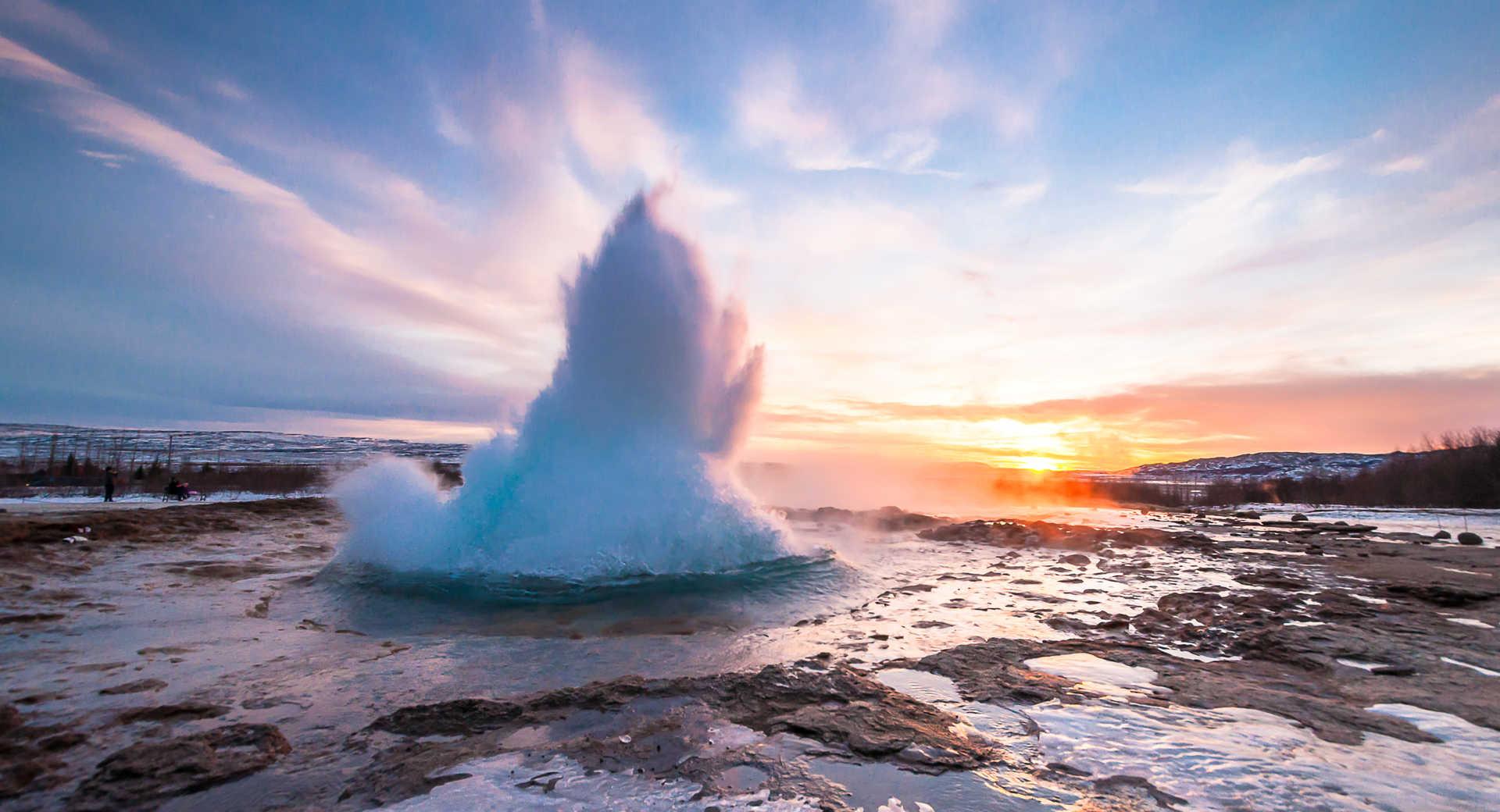 Explosion du geyser Strokkur sur le cercle d'or en Islande