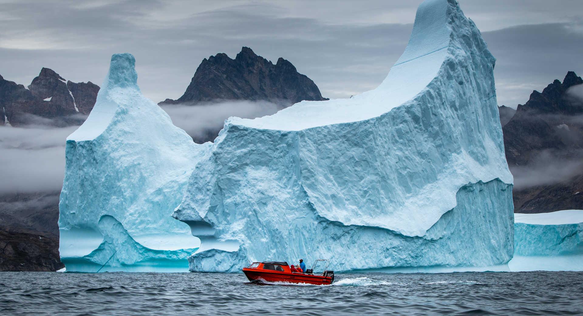 iceberg bleu géant au Groenland