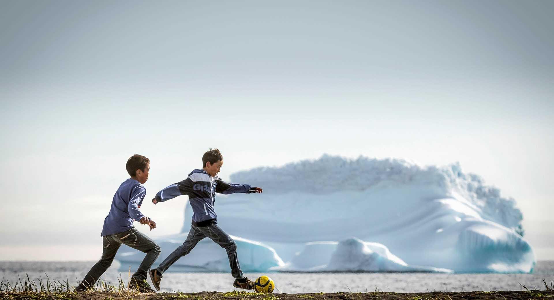 Match foot entre enfants au Groenland
