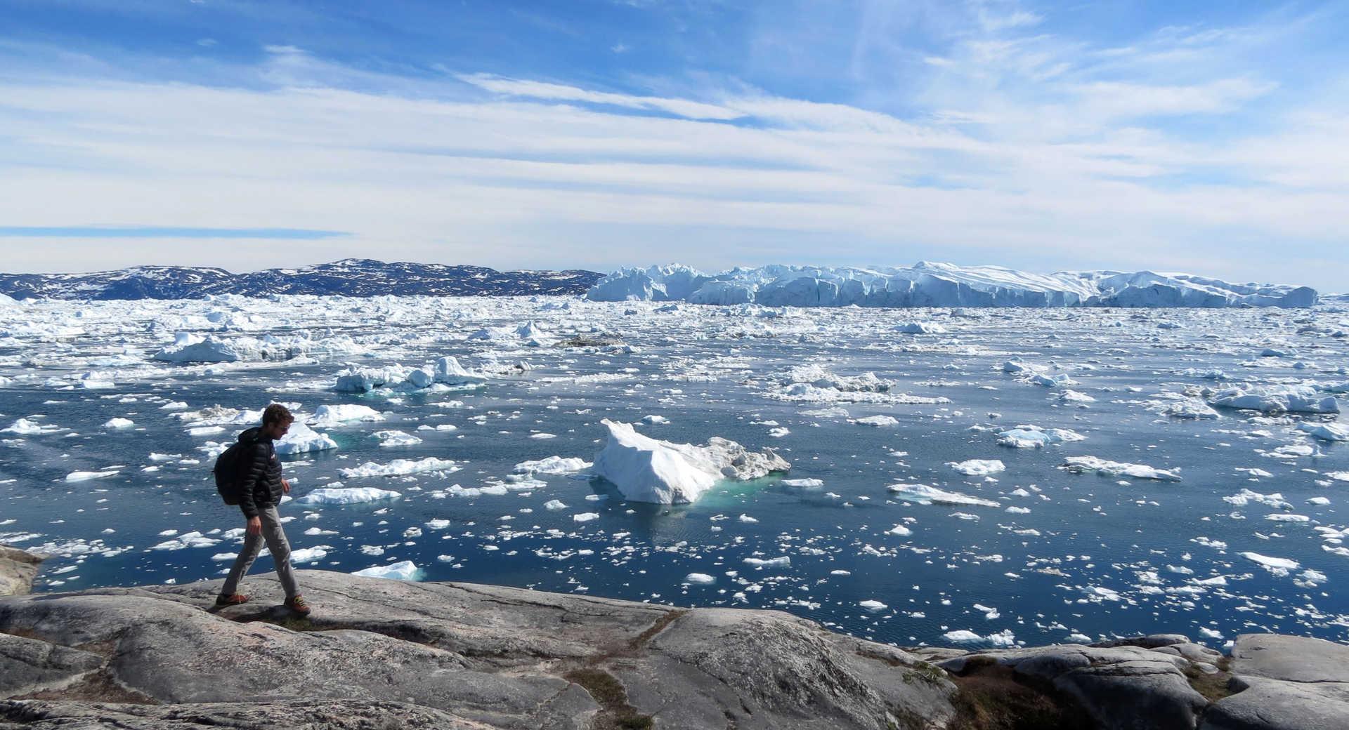 Randonnée face au fjord glacé d'Ilulissat au Groenland