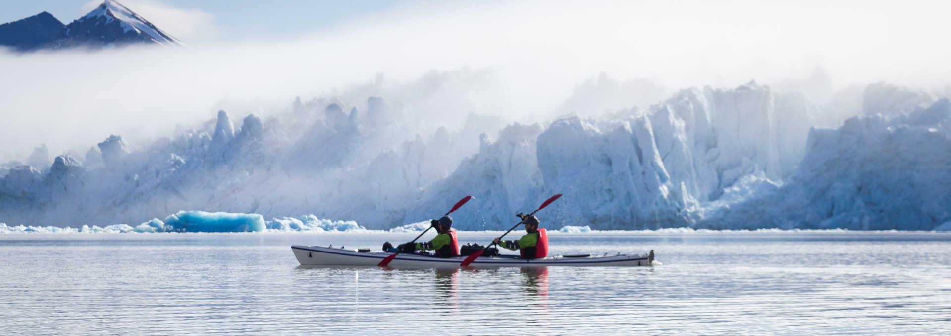 Kayak de mer au pied du glacier de Monaco dans l'Arctique, Svalbard