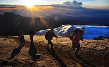 En quête du sommet du Kili à l'approche des glaciers