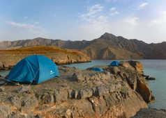 Camp et tentes au bord de la mer en baie de Sham