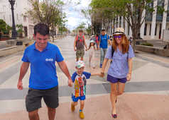 Dans les rues de la Havane en famille