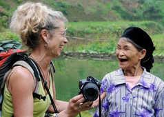 Femme changeant et riant avec une vietnamienne