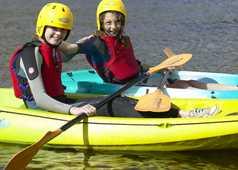 Enfants faisant du kayak