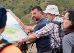 Explications de notre guide Claudio avec une carte aux randonneurs