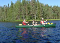 Famille faisant du canoë en Finlande