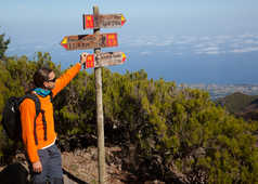 Guide montrant des panneaux de chemin de randonnée à Madère