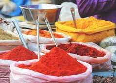 Les épices au marché en Inde